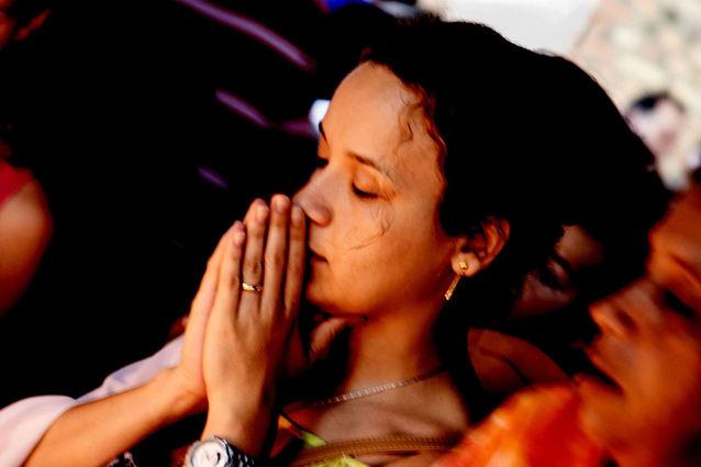 girl-praying-1517078-638x425